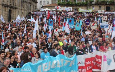Miles de persoas de toda Galiza converten Compostela nun clamor polo dereito a vivir en galego sen límites