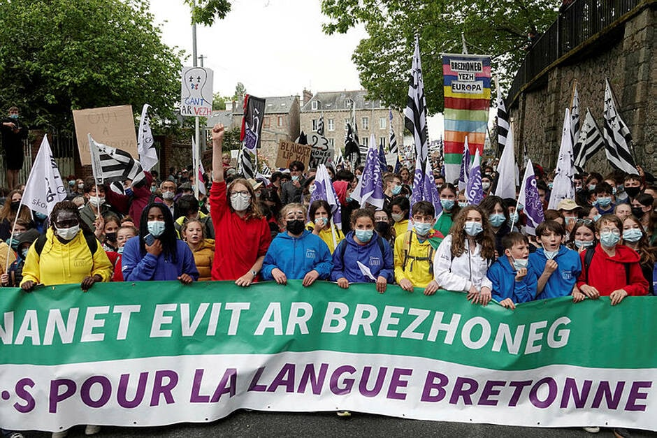 Thousands protest in support of territorial languages.